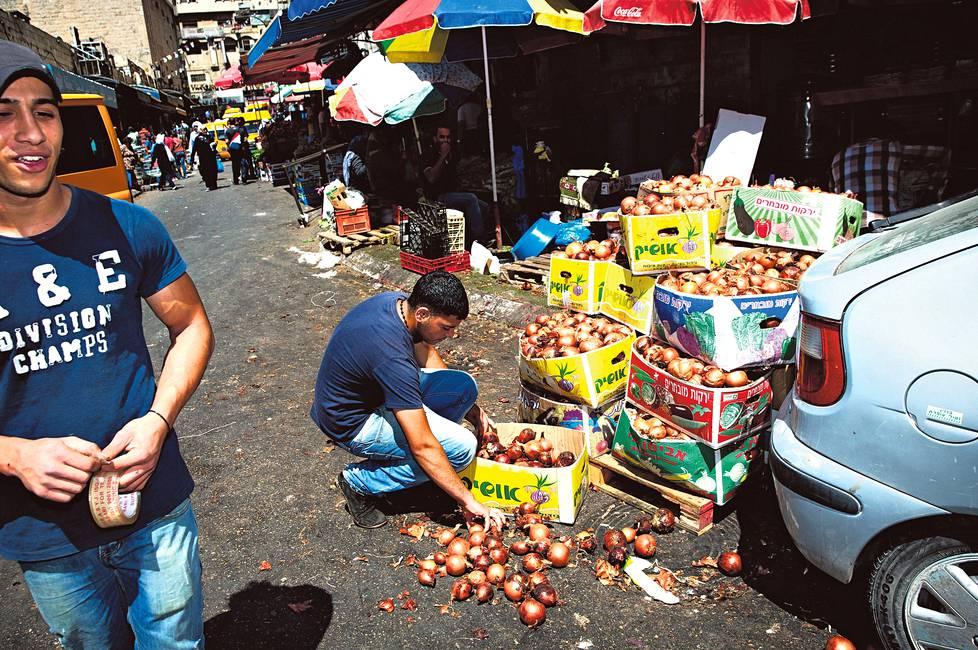 Katunäkymä Ramallahin kaupungissa Länsirannalla. Palestiinalaisia kannustetaan nyt boikotoimaan israelilaistuotteita ja kehittämään omia tuotteitaan.