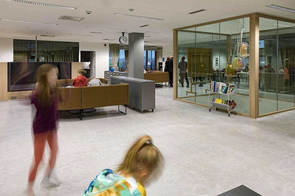 Jätkäsaaren peruskoulussa on soluja ja niissä erilaisia tiloja, joita yhdistää aula.