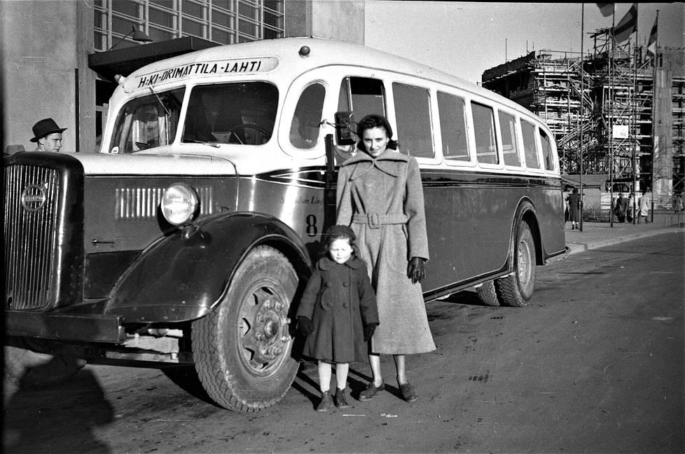 Kati (vas.) ja Irén Pap poseeraavat bussin edessä.