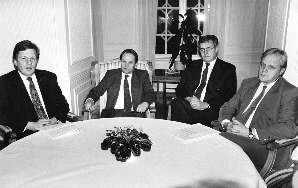 Keskusta ja ammattiyhdistysliike ovat ottaneet yhteen aiemminkin. 1990-luvun alussa pääministeri Esko Ahon (vas.) otteet eivät huvittaneet SAK:n puheenjohtajaa Lauri Ihalaista (oik.)