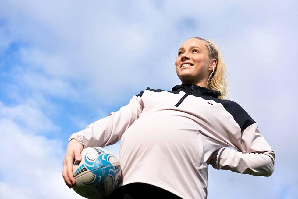 """Rugbynpelaaja ja liikunnanohjaaja Oona Tolppanen toivoo, että pelottelun ja kieltojen sijaan raskaudesta keskusteltaisiin positiivisempaan sävyyn. """"Siinähän ollaan maailman hienoimman asian äärellä."""""""