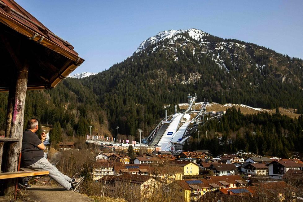 Lämpö vie lumia Oberstdorfissa.