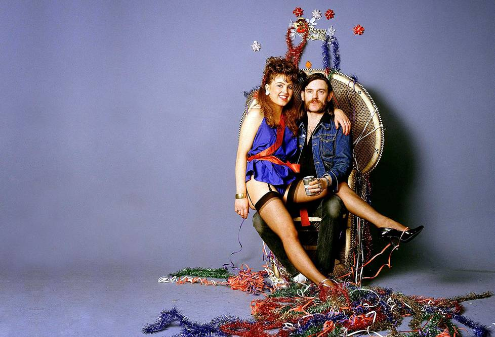 Rocktähti Lemmy Kilmister joulu- ja syntymäpäivätunnelmissa vuonna 1984. Lemmyn ystävättären nimi ei ole tiedossa.