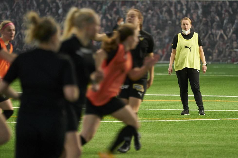 Rosa Lappi-Seppälä veti torstaina harjoituksia FC Hongan joukkueelle Esport-areenalla, jossa Honka aloittaa kautensa suljettujen ovien takana koronarajoitusten takia.