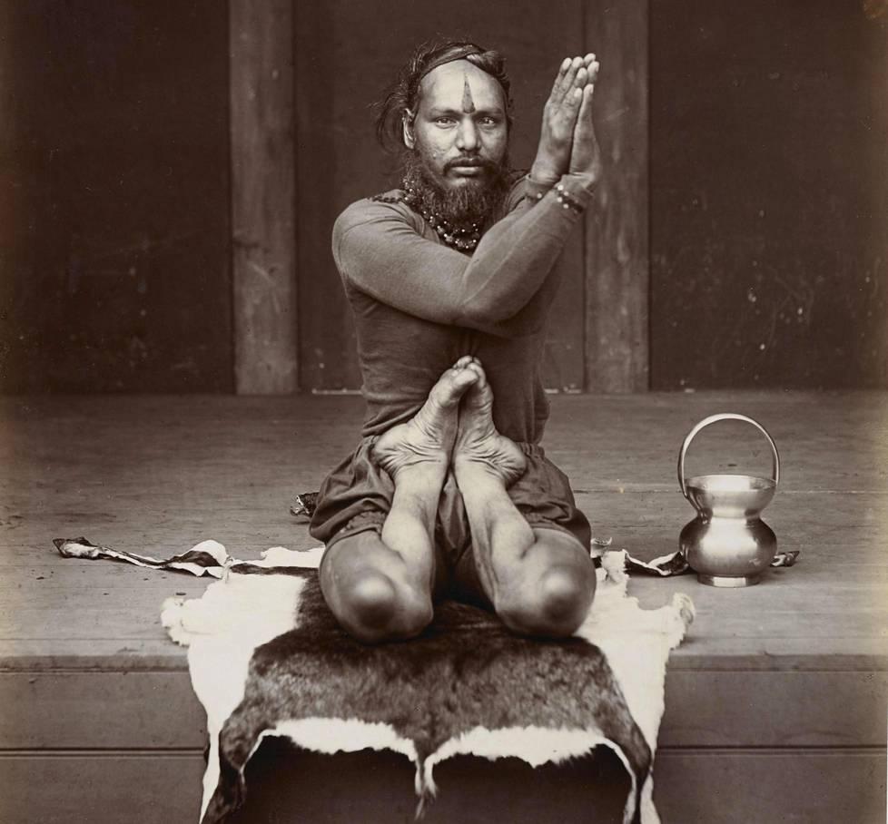 Joogit ovat olleet Intian historiassa pyhiä miehiä, älykköjä, maantierosvoja, esiintyjiä ja poliitikkoja. Tämä tuntemattomaksi jäänyt mies esiintyi Lontoon vuoden 1896 Intia ja Ceylon (nyk. Sri Lanka) -näyttelyssä. Intian siirtomaavaltaisännille briteille joogit edustivat intialaisen kulttuurin takapajuisuutta ja hindulaisuuden rappiota.