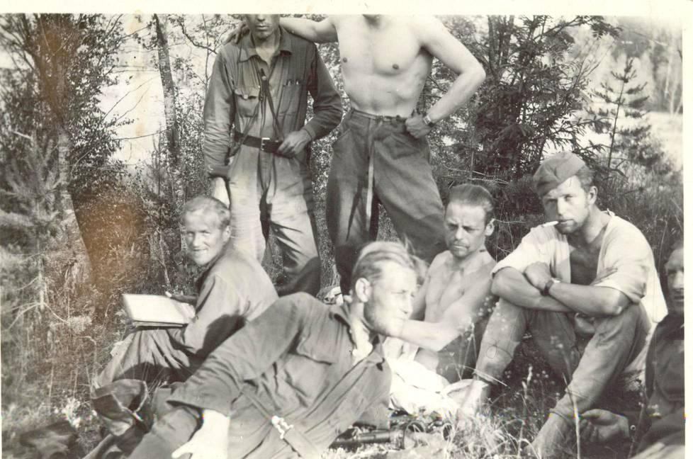 Kaukopartiomiehiä odottamassa täydennyslentoa vuonna 1941. Vasemmalta Juho Honkanen, Arvo Pikkanen, Antti Porvali, Eugen Wist ja Mauri Kärpänen. Seisomassa ilmeisesti Muisto Lassila ja Toivo Paavilainen.