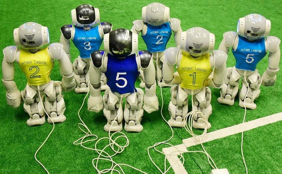 Robo Cupissa kilpailevat vuosittain pisimmälle kehitetyt jalkapallorobotit. Kuvassa leipzigilaisten tietojenkäsittelytieteen asiantuntijoiden robotit.