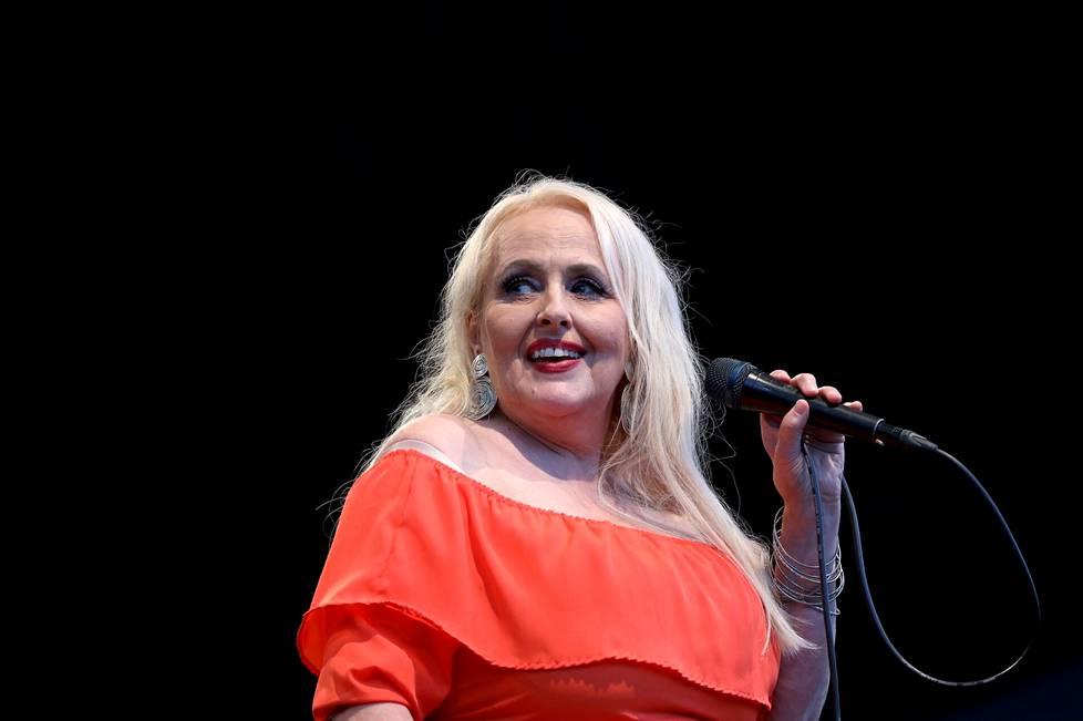 Torstai-ilta päättyi Maarit Hurmerinnan vetämään Jäätelökesä-yhteislauluun. Hurmerinta esiintyi yhdessä Timo Lassyn trion ja pianisti-laulaja Tuomo Prättälän kanssa.