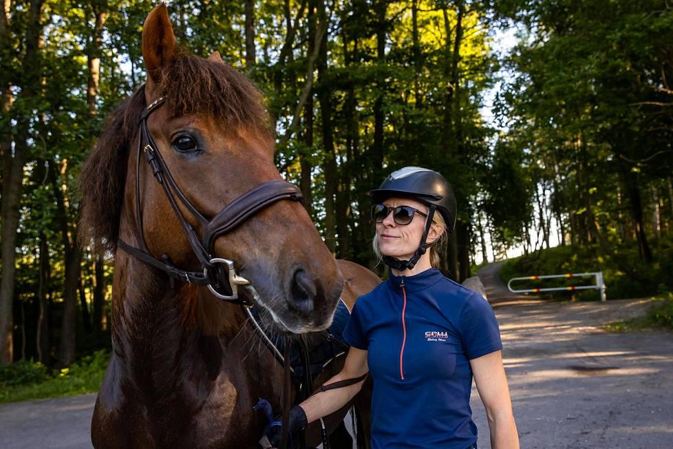 Hanna Leppimäki sairastui vuonna 2018 punkin levittämään aivotulehdukseen. Sairastumisen jälkeen hän päätti toteuttaa haaveensa ja ostaa hevosen.