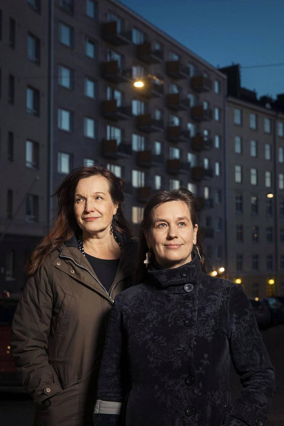Johanna Vuoksenmaa (vas.) ja Saara Cantell kuvattiin lähellä kummankin työhuonetta.
