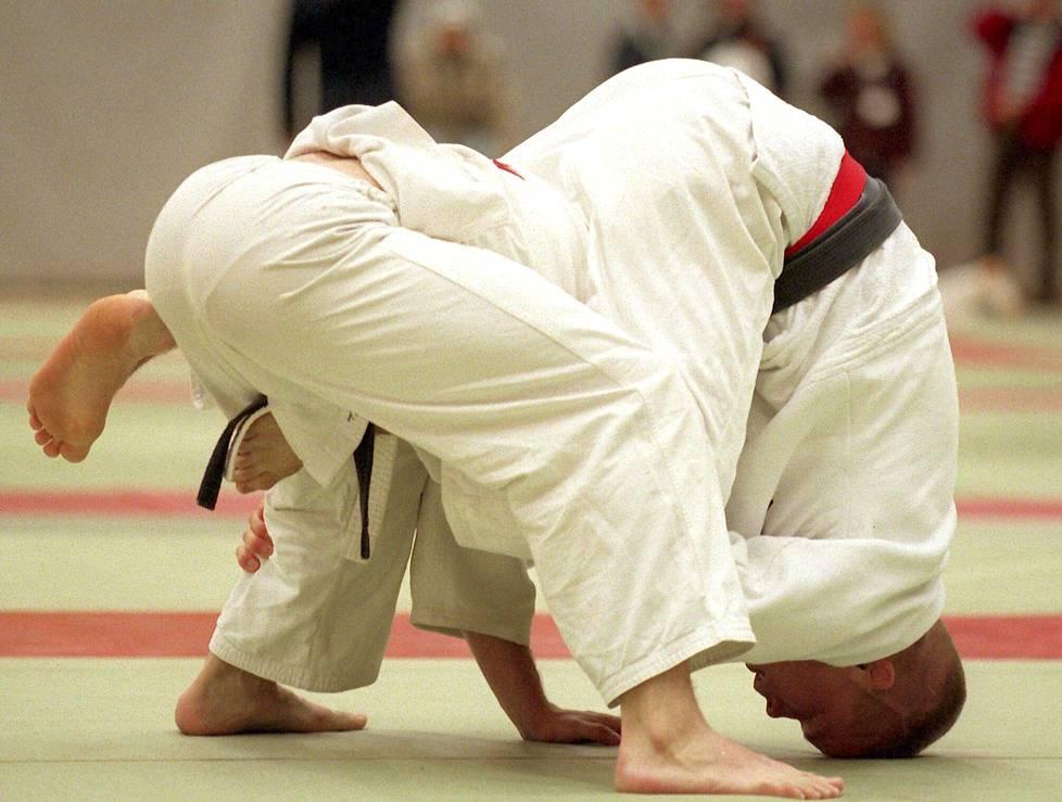 Judokat Jorma Korhonen (oik.) ja Antti Renko keskittyneenä otteluun vuonna 1996.