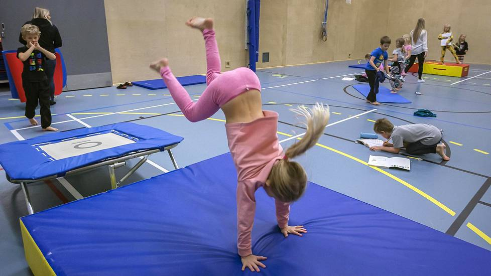 Aada Viertola hyppää trampoliinilta ekaluokkalaisten matematiikan tunnilla.