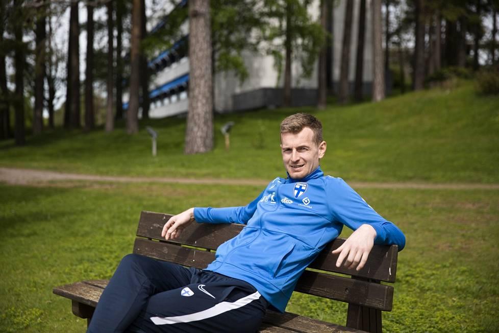 Lukas Hradecky istui penkille Helsingin Kalastajatorpalla ennen maajoukkueen lähtöä EM-turnaukseen.