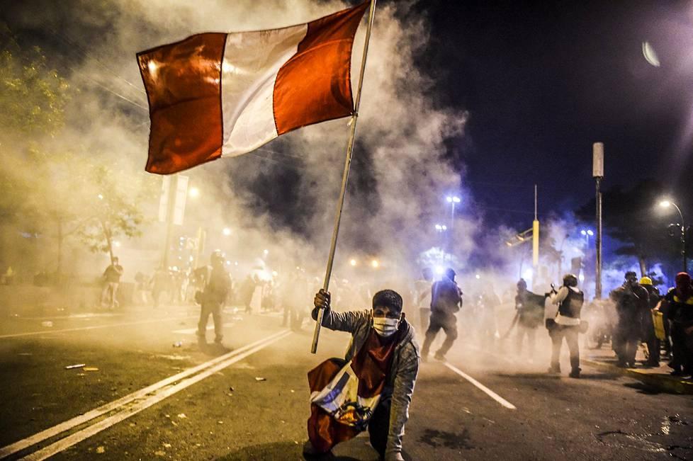 Syrjäytetyn presidentin Martin Vizcarran kannattaja heilutti Perun lippua Limassa 14. marraskuuta. Spot news -uutiskuvasarjat, 2. palkinto.