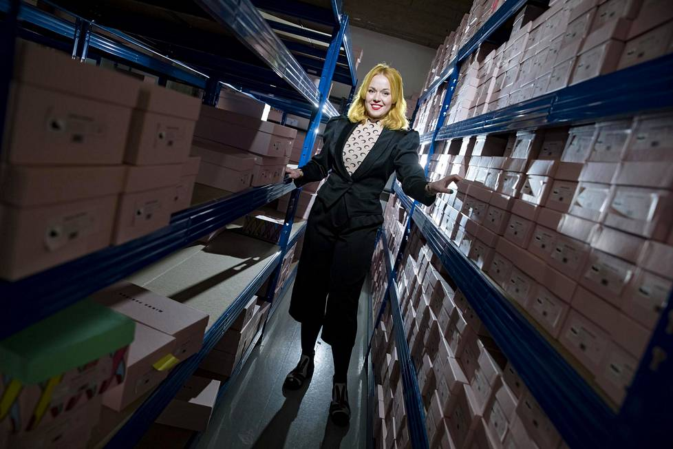 """""""Tässä konkretisoituu koko 15 vuoden työ"""", Minna Parikka sanoo ympärillään huojuvista kenkälaatikkopinoista. Kaikki varastossa olevat kengät on myyty, ja niitä pakataan postitettavaksi."""