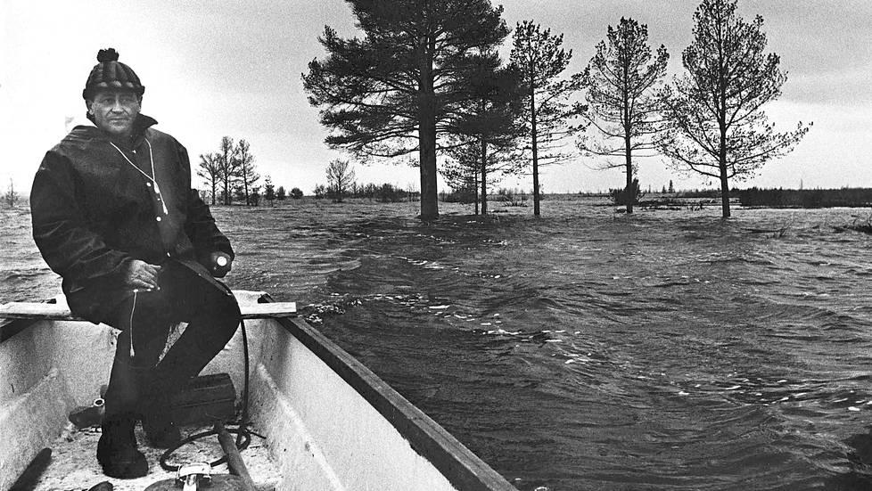 Sulo Alakorva ajeli moottoriveneellä vanhan kotikylänsä, Korvasen, yläpuolella vuonna 1971. Vesi nousi tästä vielä puolitoista metriä.