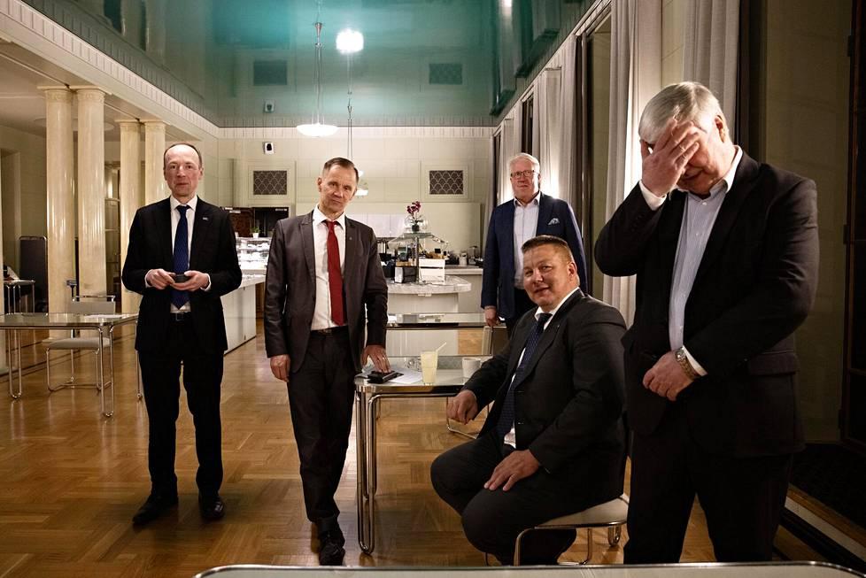 Kahvilassa vasemmalta Jussi Halla-aho, Mika Niikko, Veikko Vallin, istumassa Juha Mäenpää ja oikealla Toimi Kankaanniemi.