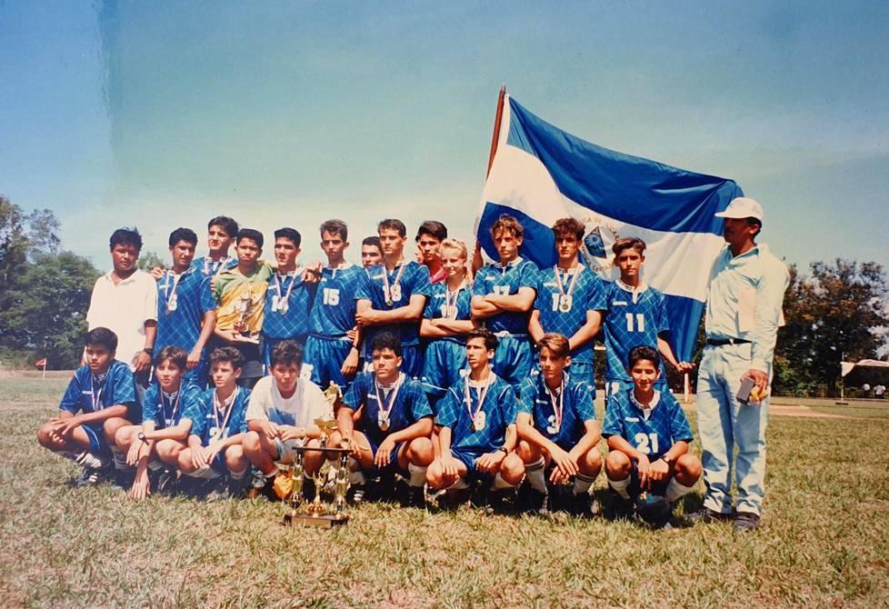 Rosa Lappi-Seppälä (ylhäällä viides oikealta) pelasi Nicaraguassa poikien joukkueessa ja oli paikallinen julkkis.
