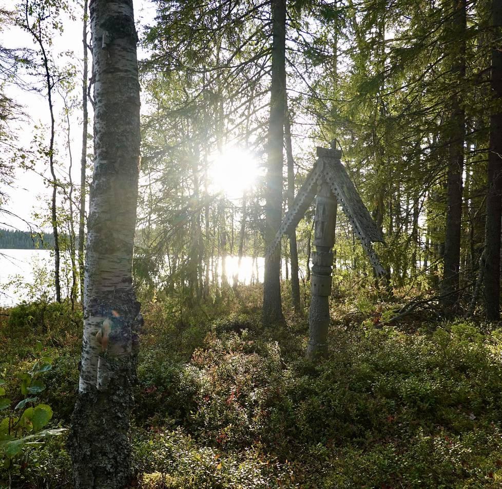 Soutumatka Kalmosaareen pitkin tyyntä järvenselkää on rauhoittava elämys. Puiset ristit ja kropnitsat jätetään luontoon lahoamaan, kunnes jäljelle jää vain muistoristi.