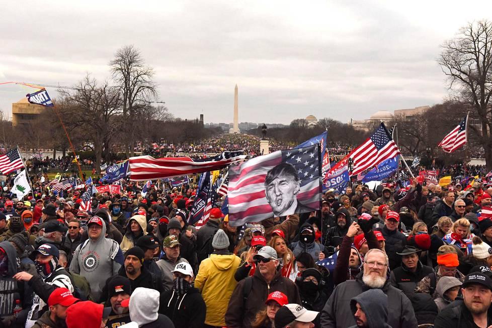 Presidentti Trumpin kannattajia kerääntyi Washingtonin monumentin lähistölle keskiviikkona 6. tammikuuta ennen kuin kannattajat rynnivät Capitol-kukkulalle ja sisälle kongressin työtiloihin.