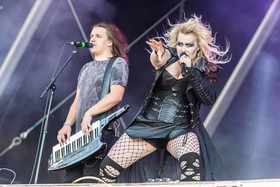 Battle Beastin laulaja Noora Louhimo ja kosketinsoittaja Janne Björkroth Euroopan-kiertueella 2018.