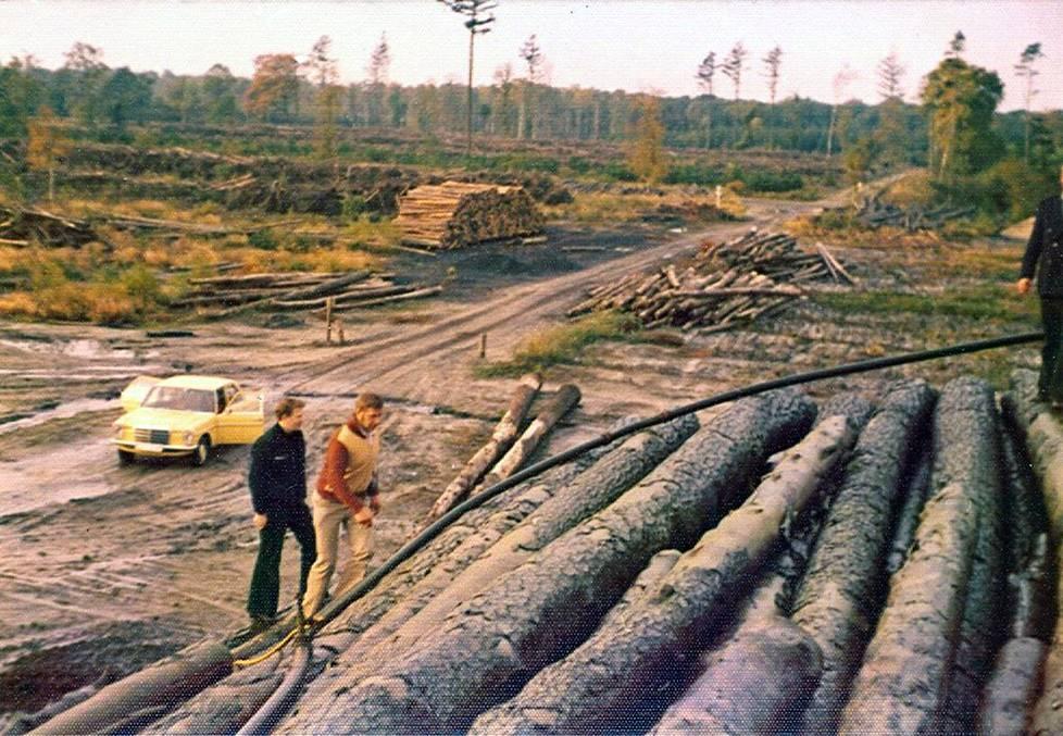 Einari Vidgrén (vas.) ja Olavi Kauhanen metsätyömaalla Pohjois-Saksassa vuonna 1974.