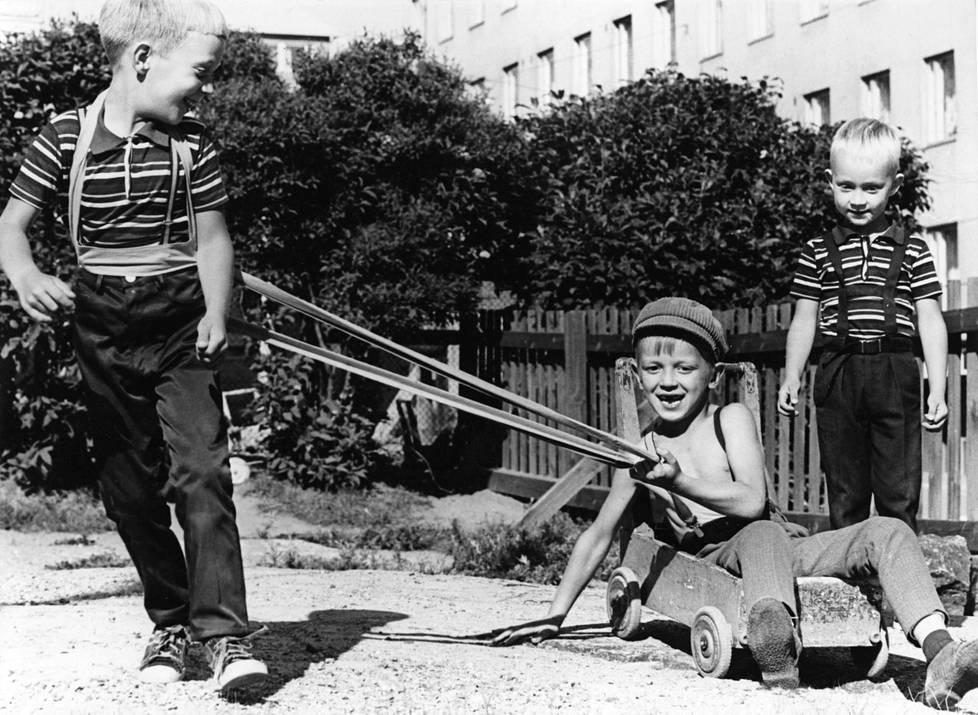 Hevosleikkiä lastentarhan pihalla kesällä 1968.