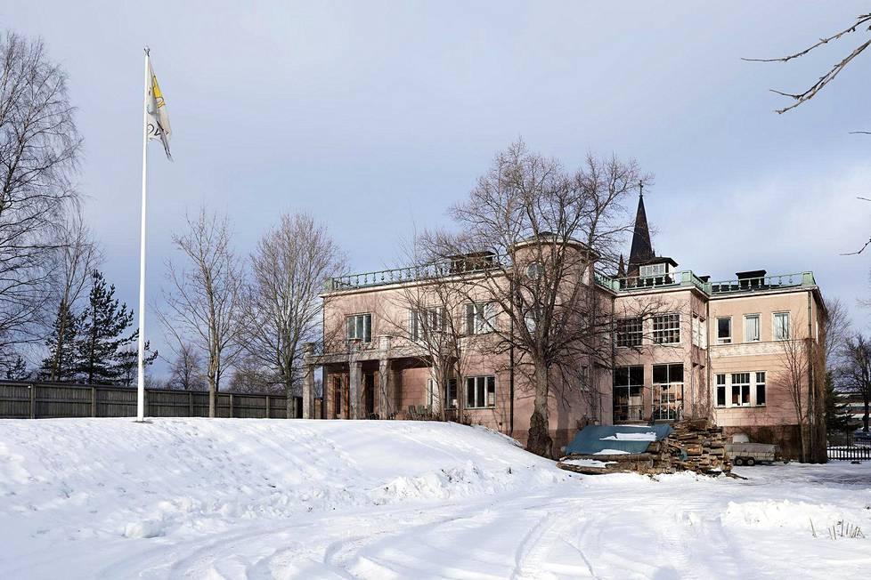 Bongan linnan uudistustyöt suunnitteli Helsingin Taidehallin arkkitehti Hilding Ekelund. Taidehallin lailla rakennus on epäsymmetrinen. Loviisan kirkontorni kurkistaa rakennuksen takaa. Toisen kerroksen pieniruutuisten ikkunoiden takana on talvipuutarha.