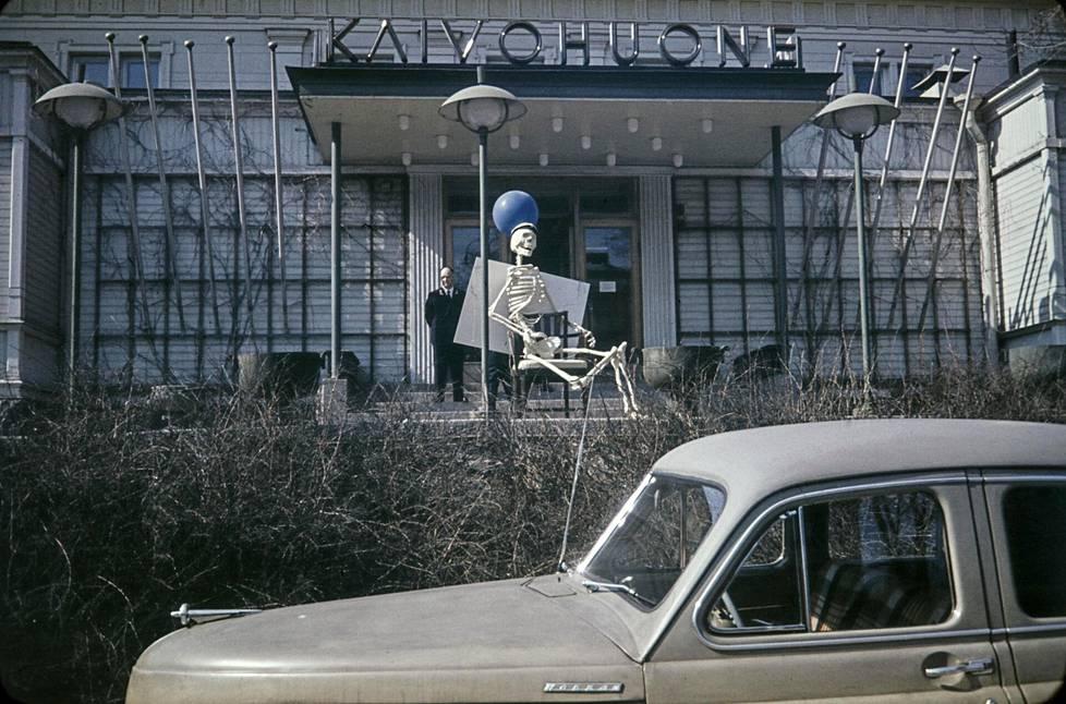 Luurangolla oli ylioppilaslakki päässä ravintola Kaivohuoneen edessä vappupäivänä vuonna 1958.