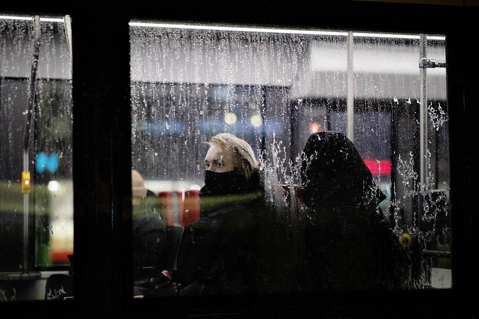 Raitiovaunun matkustajat olivat suojassa tuiskulta.