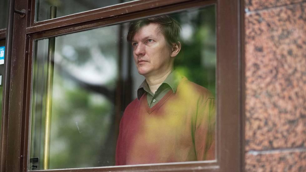 Tom-Kristian Heinäahon seksuaalinen suuntautuminen paljastui Jehovan todistajille, kun hän oli osallistunut homoeroottisilla runoilla kirjoituskilpailuun.