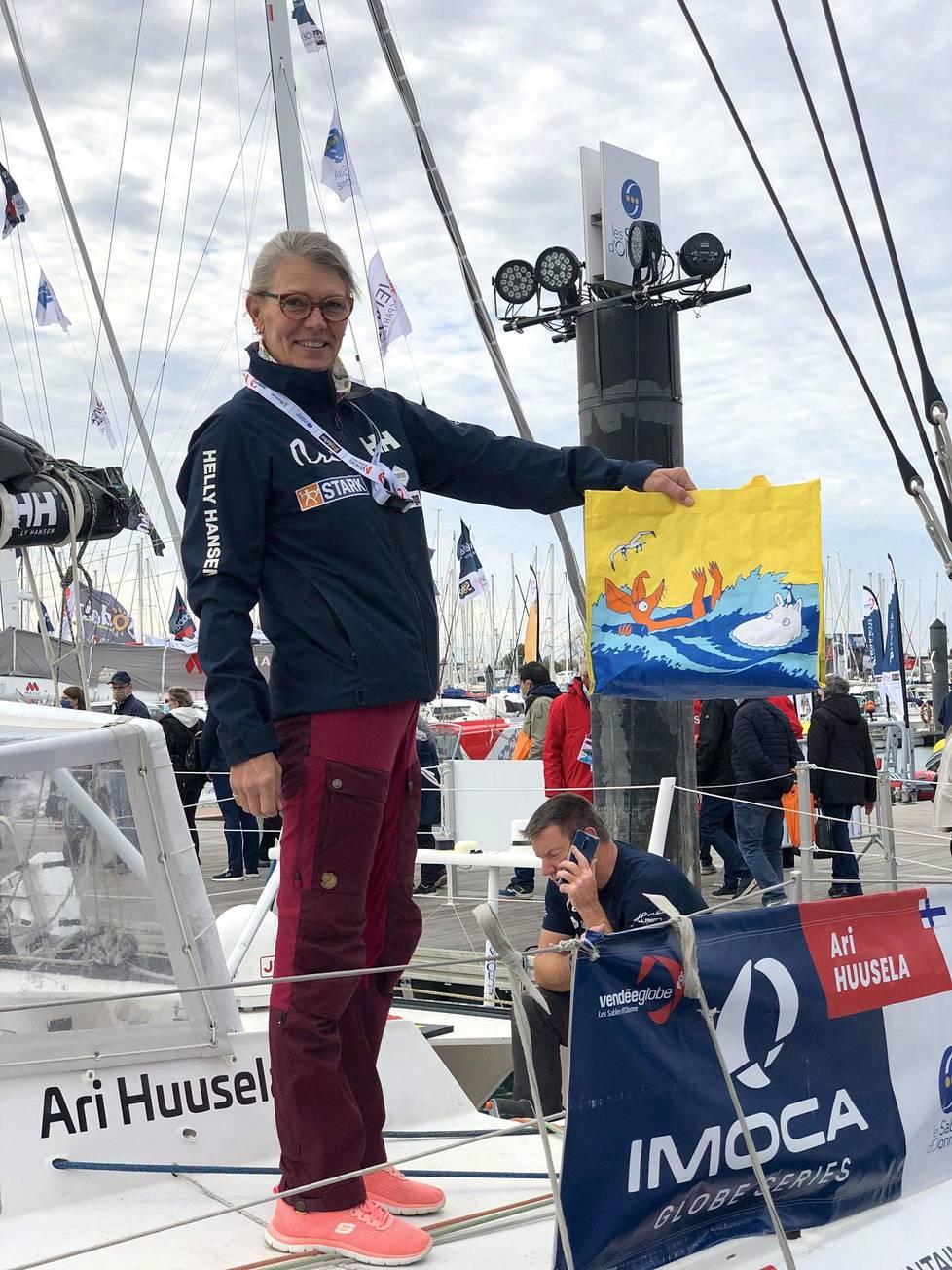 Marianna Puuperä saattoi Ari Huuselan matkaan Vendée Globe -kilpailuun lähtösatamassa Les Sobes d'Olonessa marraskuussa.