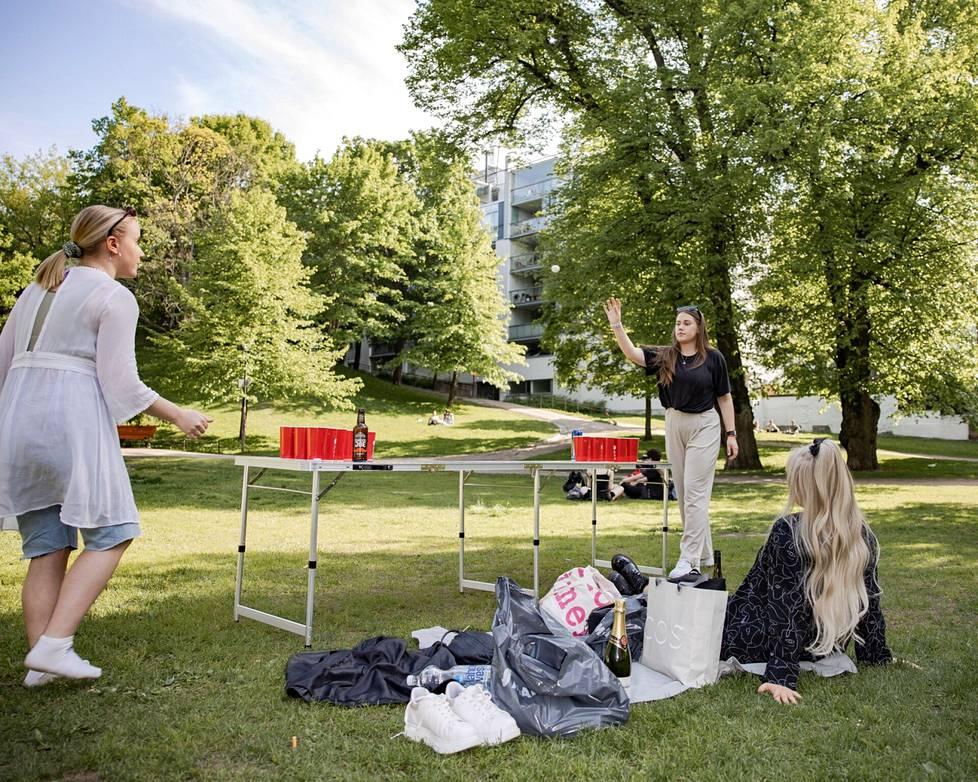 Lotta Laakson ja Aliisa Ståhlhammarin (vas) juomapeli ei kovasti nopeuta juomista tänä iltana. Yleisössä ja vuoroaan odottamassa Heidi Vierumäki.