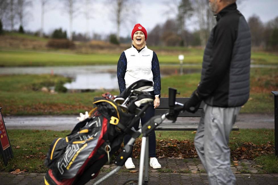 Minea Blomqvist-Kakko viihtyy Pickalan golfkentällä Siuntiossa, jossa hän pitää golfkoulua.