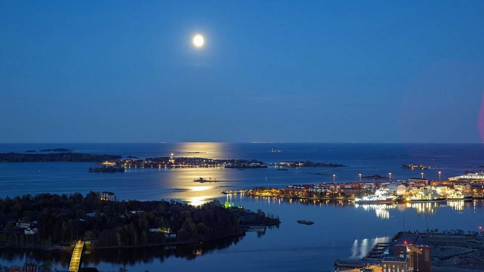 Toukokuinen kuutamo loisti öisen Suomenlahden yllä. Horisontissa näkyi Viron valoja. Kuva on otettu puoli neljältä aamuyöllä.
