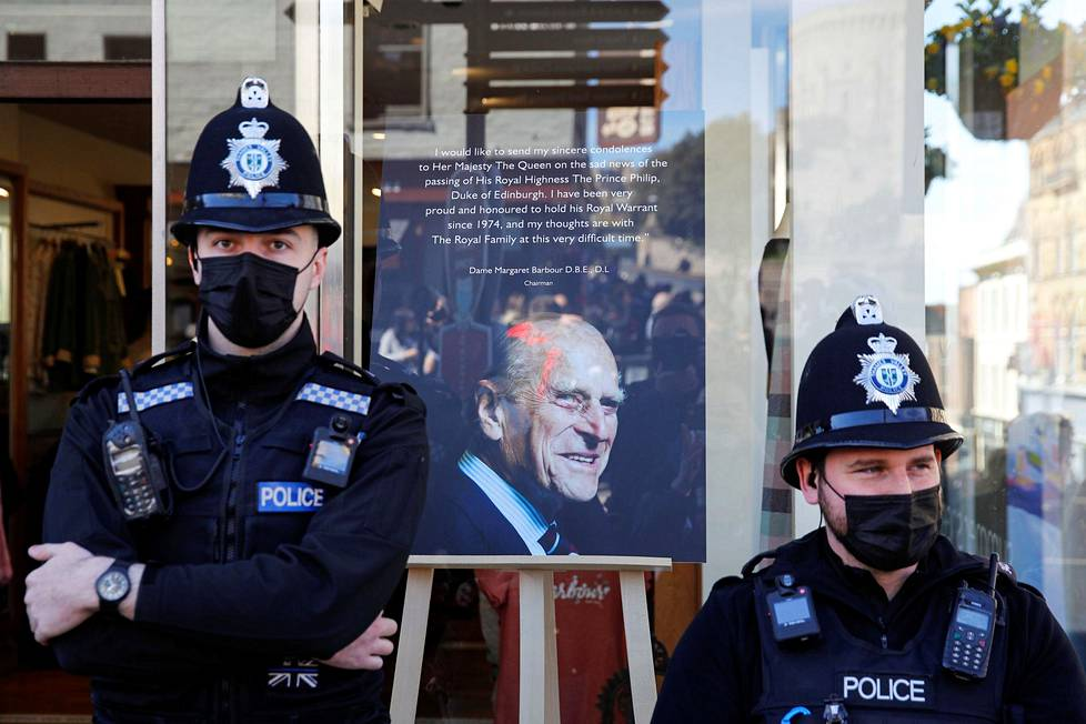 Poliisit seisovat Windsorissa prinssi Philippin muistoa kunnioittavan taulun edessä.