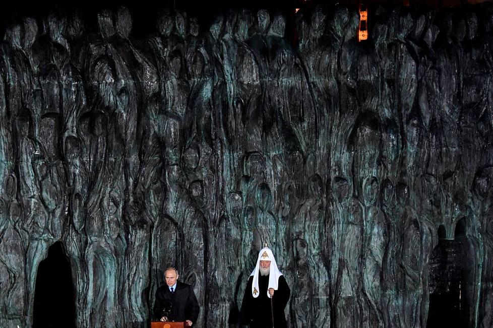 Venäjän presidentti Vladimir Putin ja Venäjän ortodoksisen kirkon johtaja, patriarkka Kirill, osallistuivat maanantaina neuvostoajan sorron uhrien muistomuurin paljastamistilaisuuteen Moskovassa.