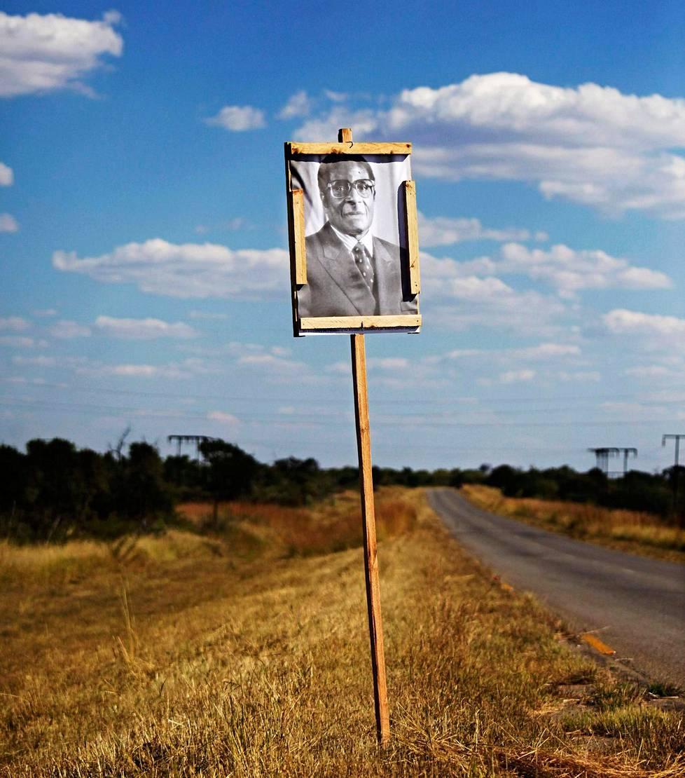 Robert Mugabe tuhosi Zimbzbwen. Hänen kuviaan näkee joka paikassa.