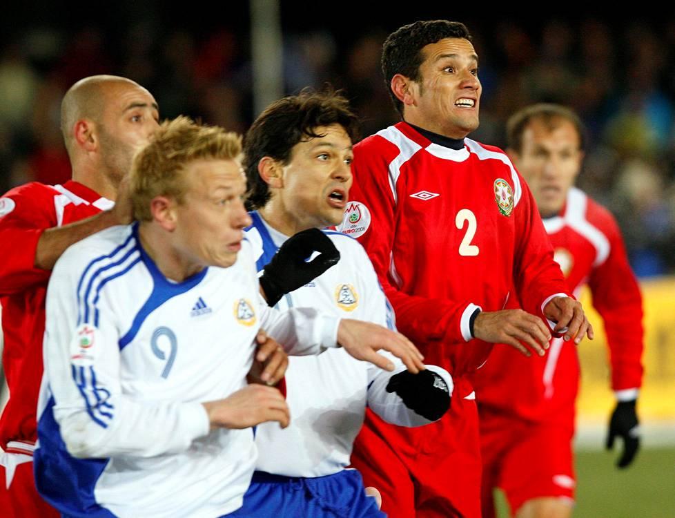 Mikael Forssell ja Jari Litmanen sekä Azerbaidžanin Andre Ladaga EM-karsintaottelussa Olympiastadionilla marraskuussa 2007. Suomi voitti maalein 2–1.
