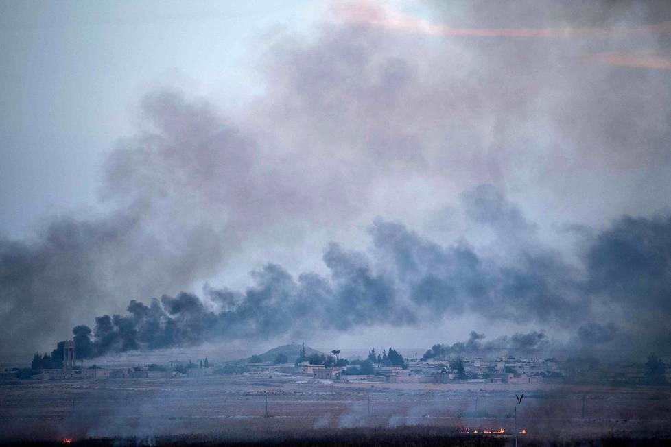 Syyrialaisesta Tal Abyadin kylästä nousi savua torstaina. Kuva on otettu Turkin puolelta rajaa Akcakalen alueelta.