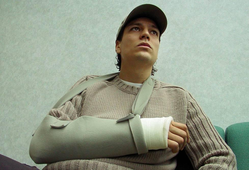 Jari Litmasen käsi murtui ottelussa Englantia vastaan.