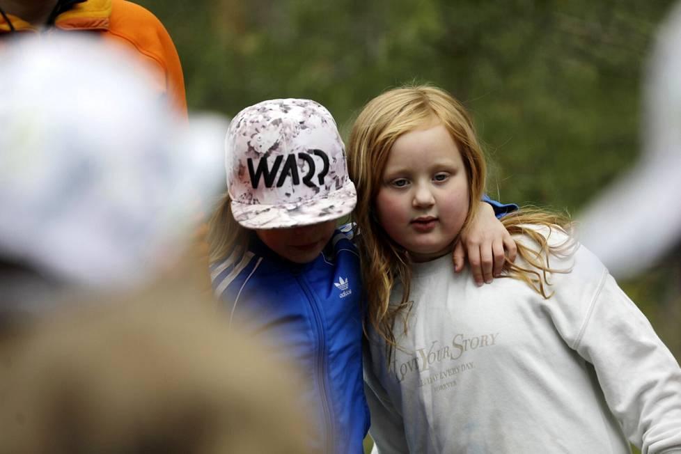 Ulkona harjoitellaan myös vuorovaikutustaitoja. Elli Jämsä ja Lilli Hannila (oik.) kaulakkain.
