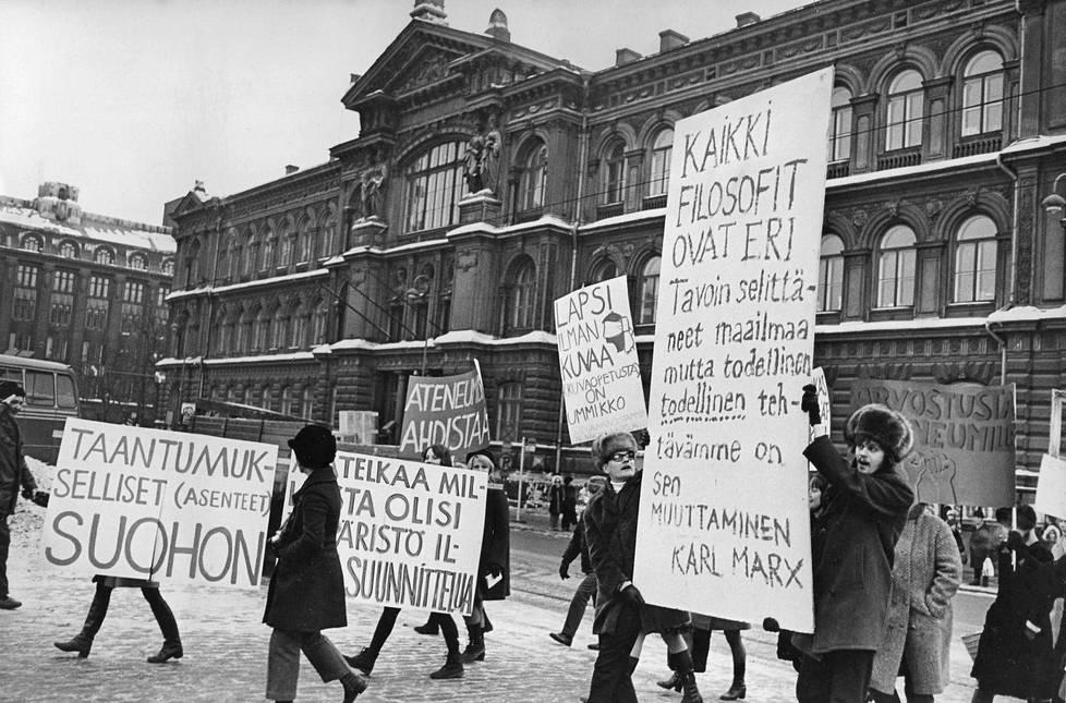 Taideteollisen oppilaitoksen ylioppilaskunta mielenosoituksessa vuonna 1969.
