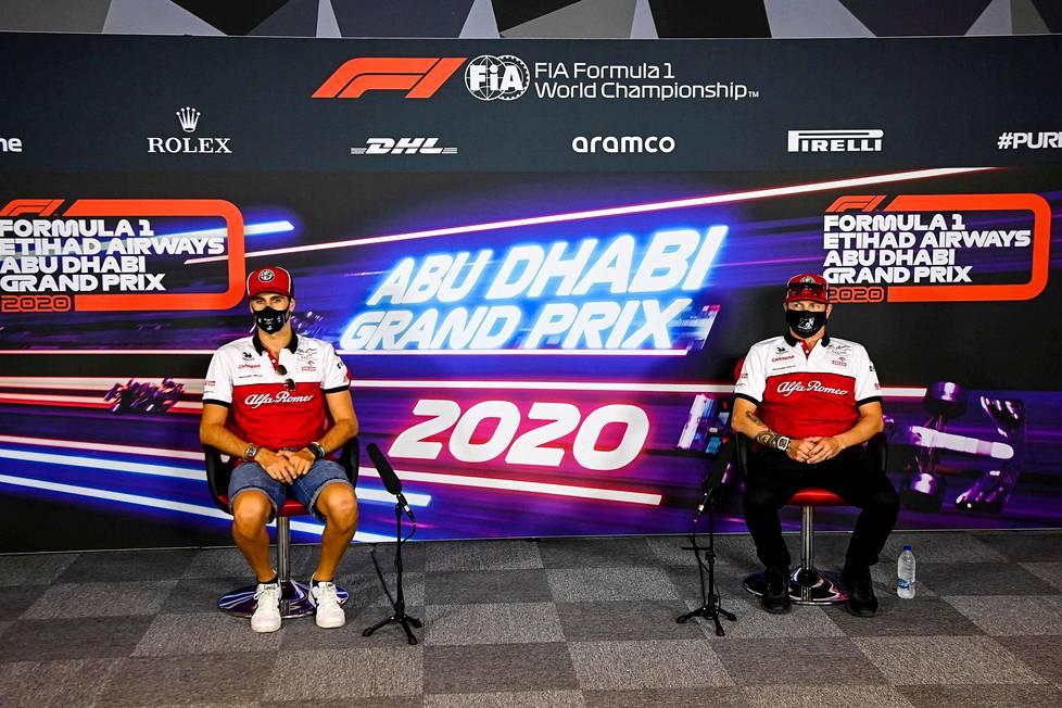 Alfa Romeon kuljettajat Antonio Giovinazzi (vas.), Kimi Räikkönen ja koronaturvaväli Abu Dhabin tiedotustilaisuudessa torstaina.