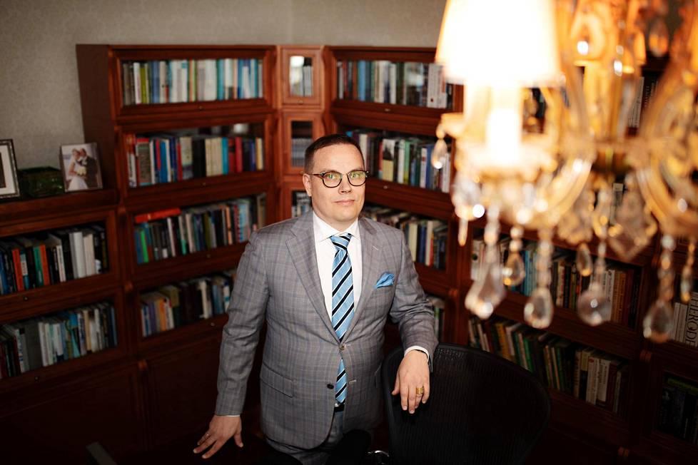 Markus Vinnari on diplomi-insinööri, kauppatieteiden tohtori ja kestävän kehityksen ja kulutuksen dosentti. Kotonaan Tampereella hänellä on mittava kokoelma esimerkiksi eläinten oikeuksia käsittelevää kirjallisuutta.