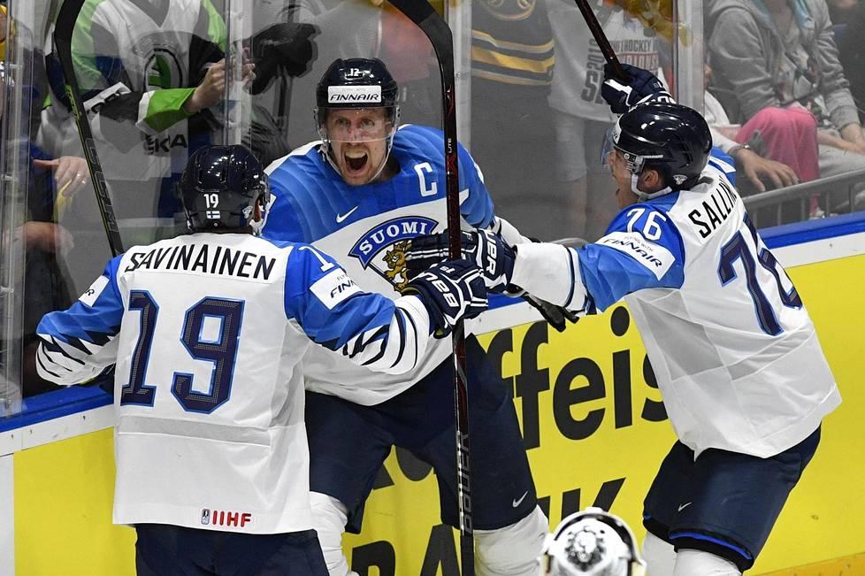 Veli-Matti Savinainen, Marko Anttila ja Jere Sallinen juhlivat Anttilan maalia jääkiekon MM-finaalissa Bratislavassa viime keväänä.