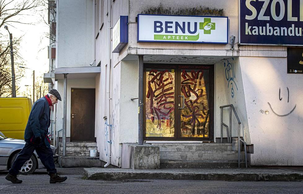 Tallinnan Mustamäellä sijaitseva Benu-apteekki sulki ovensa jo ennen keskiviikkoa, ja graffitit löysivät äkkiä tiensä otolliselle kulmalle.