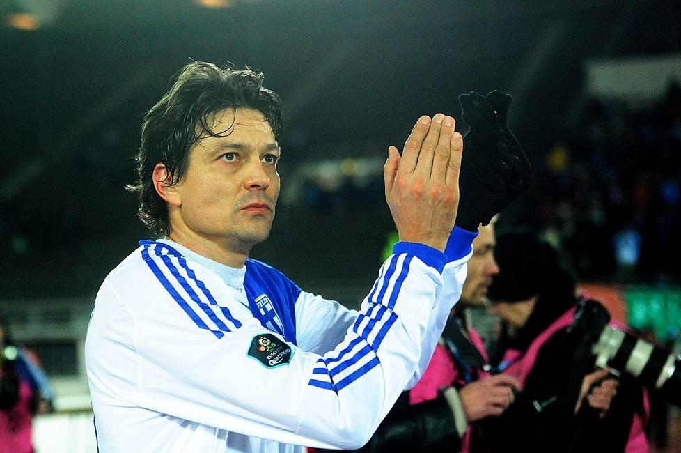 Jari Litmanen hyvästeli katsojat jalkapallon EM-karsintaottelussa Suomi–San Marino. Peli jäi Litmasen viimeiseksi maaotteluksi.