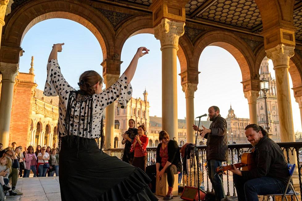 Caterina Rodriguez tanssi yleisölle Plaza de Españan torilla, kun cajon-laatikon rummuttaja Isa Rodriguez hakkasi tahtia Fátima Fernandezin ja Rocío Carbonellin kanssa. Mato Saavedra lauloi ja Javi Cuadrao soitti kitaraa.