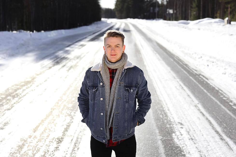 Riina Mattila toivoo, että hänen kirjansa auttaisivat lukijoita vaikeiden asioiden käsittelyssä. Kuvassa Mattila on kotinsa lähellä Rovaniemellä maaliskuussa 2021.